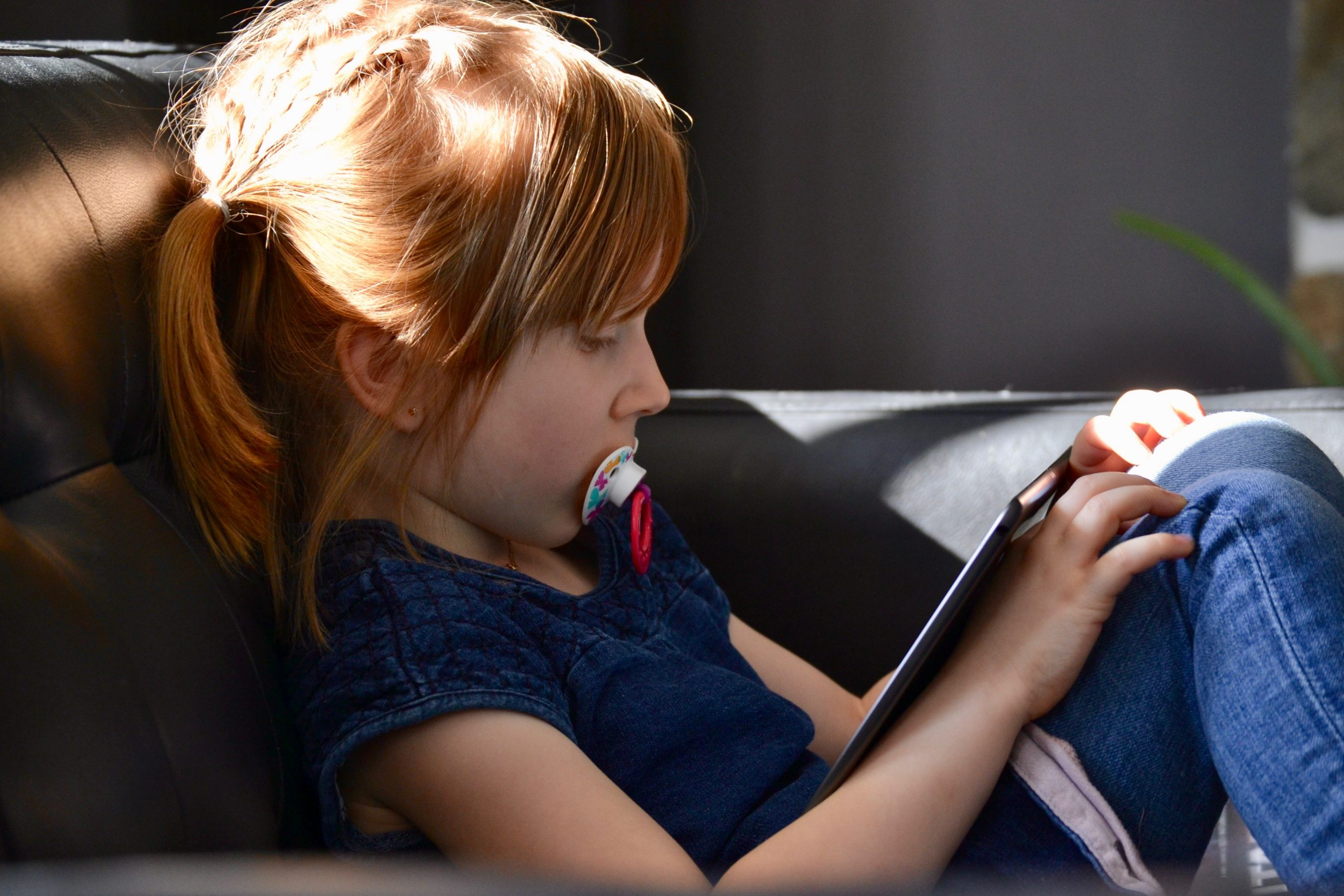 enfant avec un ipad
